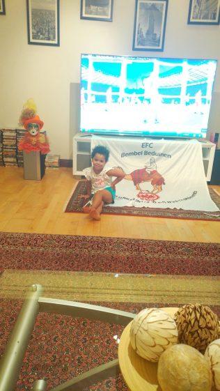 Die Bedus vor ihrem Screen bei SGE Spielen ©EFC Bembel Beduinen