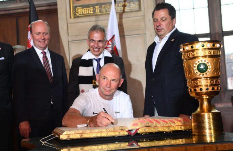 Igor trägt sich in das Goldene Buch der Stadt ein