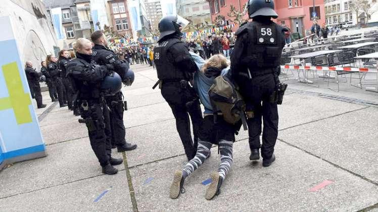Es bedurfte die Mithilfe der Polizei, um den mehr oder weniger störungsfreien Ablauf der Podiumsdiskussion zu gewährleisten. Photo: © Renate Hoyer