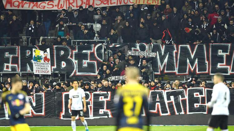 Fan-Protest beim Fußball-Bundesligaspiel Eintracht Frankfurt gegen RB Leipzig wegen der Ansetzung am Montagabend. (Foto: dpa) (19.02.2018 - Foto: Uwe Anspach (dpa)) Bild 4 von 7